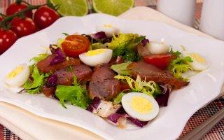 Салат с карпаччо, черри и ароматной заправкой