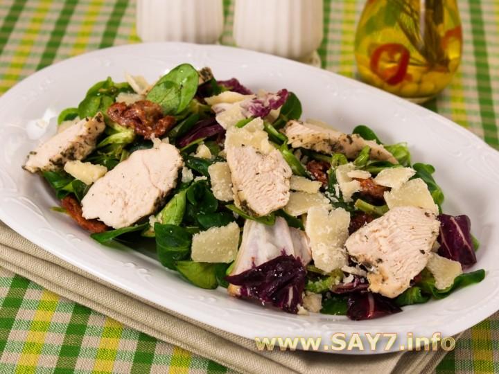 Рецепт Салат с вялеными помидорами, запеченным куриным филе и Пармезаном