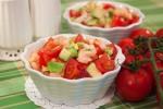 Салат с авокадо, креветками и черри