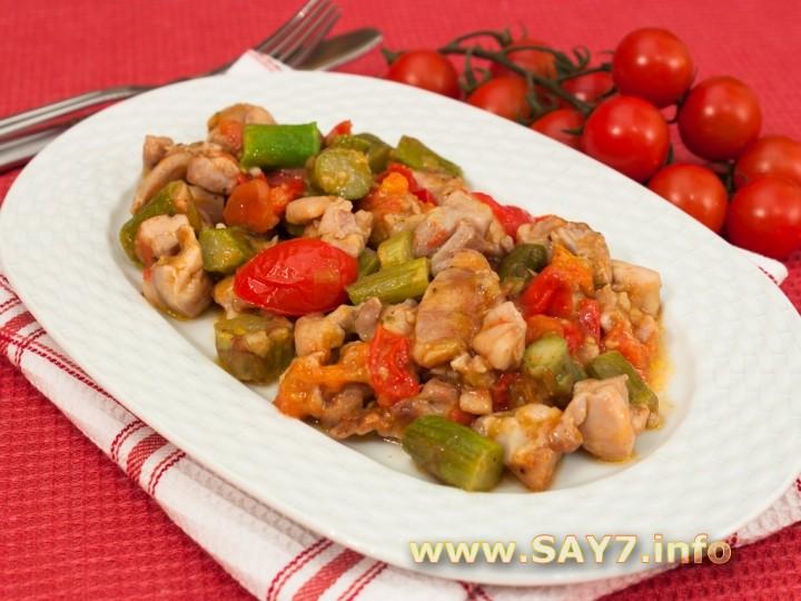 Рецепт Спаржа, жаренная с куриным филе и помидорами