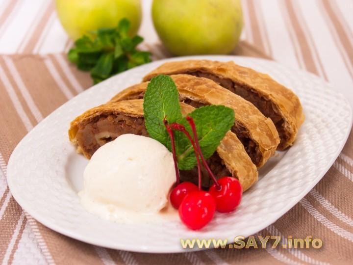 Рецепт Рулет из слоеного теста с яблоками и орехами а-ля Штрудель