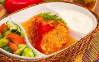 Перец, фаршированный индейкой, тушенный в помидорах