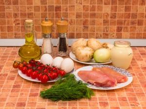 Салат с запеченным куриным филе, блинчиками и грибами. Ингредиенты