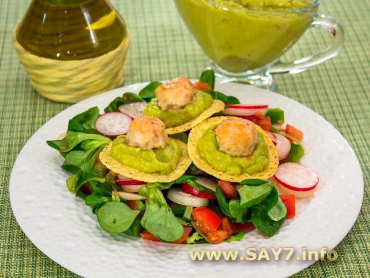 Рецепт Овощной салат с кукурузными чипсами и куриными фрикадельками