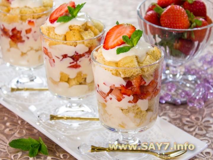 Рецепт Десерт с бисквитом, клубникой, и сливочным кремом
