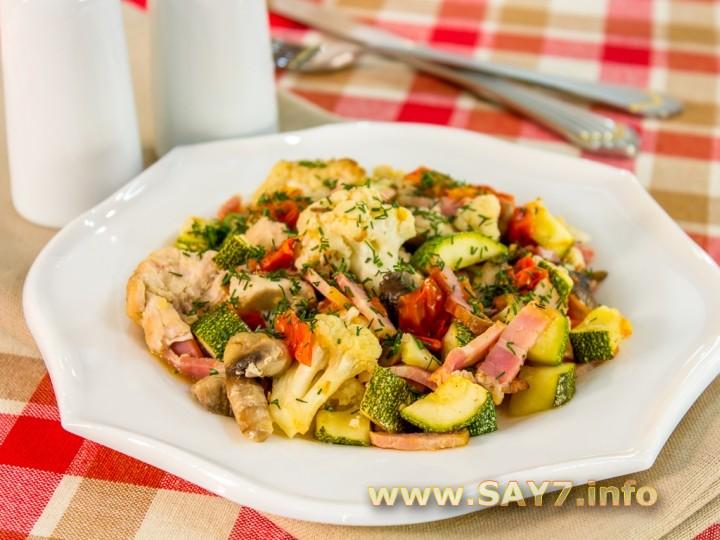 Рецепт Овощи, запеченные с куриным филе, беконом и грибами