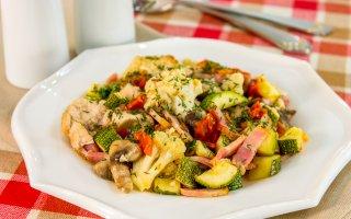 Овощи, запеченные с куриным филе, беконом и грибами