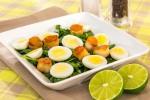 Салат с морскими гребешками и рукколой