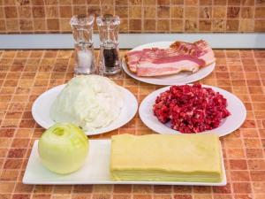 Пирожки из слоеного теста с капустой, беконом и фаршем. Ингредиенты