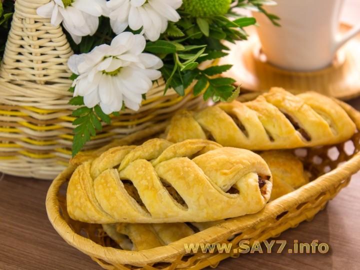 Рецепт Пирожки из слоеного теста с капустой, беконом и фаршем