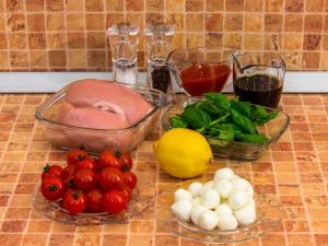 Куриное филе, запеченное с помидорами и Моцареллой. Ингредиенты
