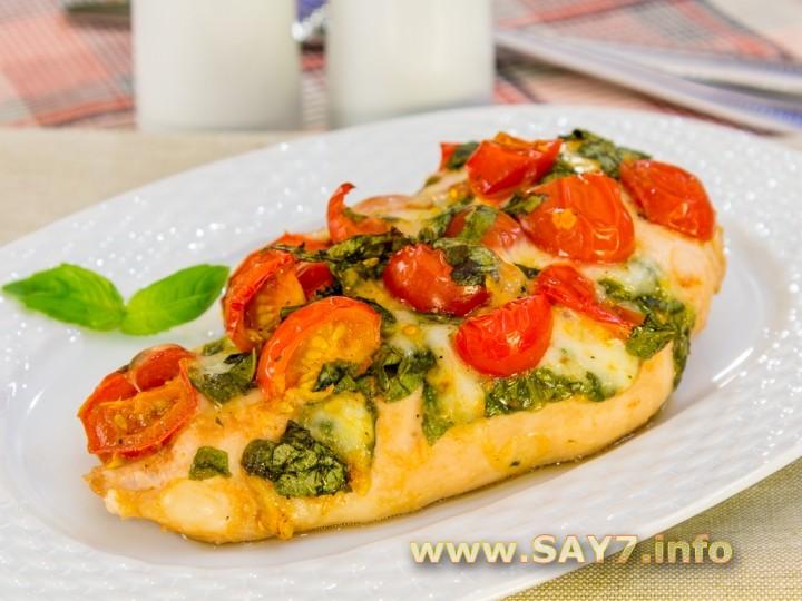 Рецепт Куриное филе, запеченное с помидорами и Моцареллой