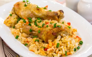 Куриная голень, запеченная с рисом и овощами