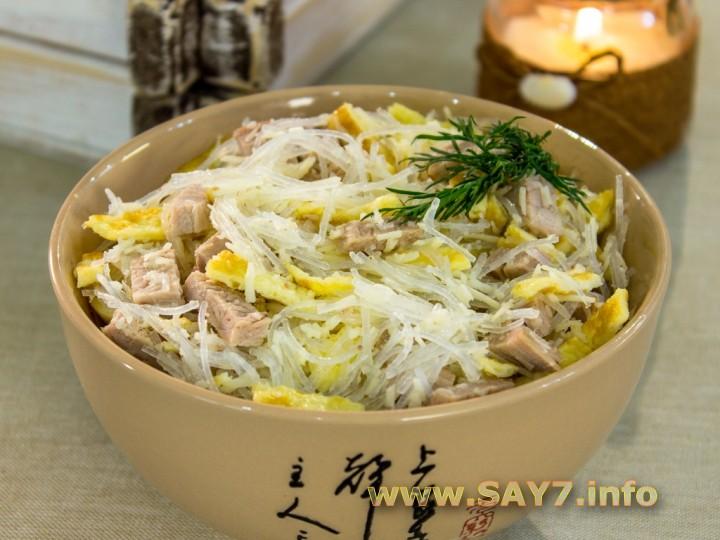 Рецепт Салат со свининой, фунчозой и яичными блинчиками