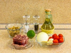 Баранина, запеченная с помидорами, с ореховым соусом. Ингредиенты