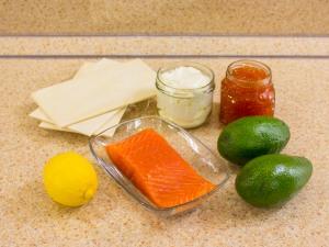 Закусочные пирожные из слоеного теста, форели и авокадо. Ингредиенты