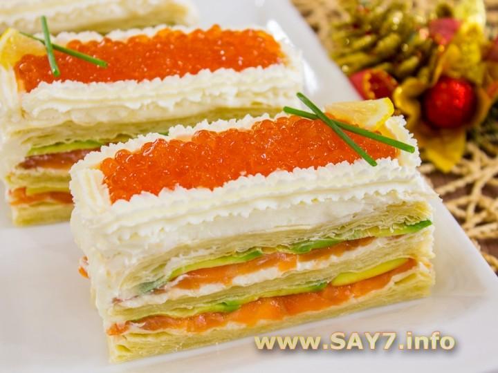Закусочные пирожные из слоеного теста, форели и авокадо