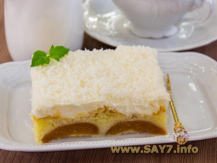 Абрикосовый пирог со взбитыми сливками и кокосовой стружкой