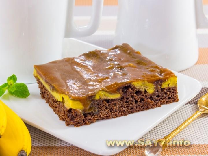Шоколадный пирог с бананами и карамельным соусом