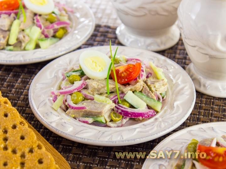 Рецепт Салат с языком, маринованным луком, горошком и огурцами