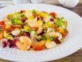 Салат с креветками, моцареллой и черри